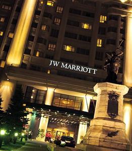 Descriere si Preturi JW Marriott Grand Hotel Bucureşti Evenimentele pot fi aranjate şi organizate într-o locaţie tradiţională sau istorică, la alegere. Petrecerile de lux pot fi desfăşurate în vecinătatea istorică […]