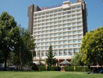 Descriere si Preturi Hotel Ramada Plaza Bucharest Convention Center Clădirea hotelului este modernă şi funcţională, cu multe detalii ce subliniază eleganţa construcţiei. Camerele sunt decorate cu elemente noi şi imagini […]